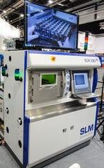 Saksalainen SLM Solutions 280HL 3D-metallitulostin tuotantokäyttöön kiinnosti erittäin suuresti yleisöä. Vallankumousteknologian tarjoama muotovapaus mahdollistaa kappaleiden suunnittelun ja valmistuksen niiden toiminnallisuuden ehdoilla sekä tuotekehityssyklin nopeuttamisen tyypillisesti kuukausista jopa vain päiviin.