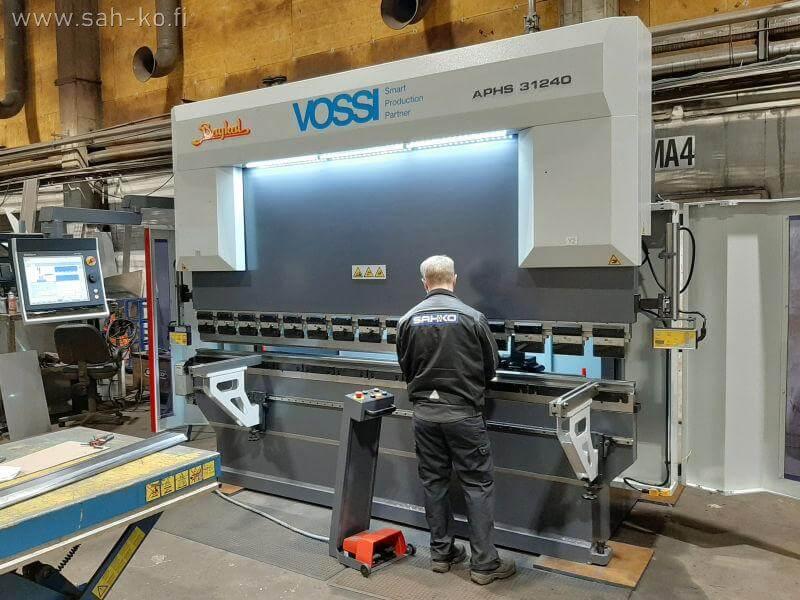 Maaliskuussa Sah-ko tehostituotantoaan uudella Baykal APHS 31240 CNC-särmäyskoneella, jolla pystytään tekemään levyjen särmäystä entistä paremmalla mittatarkkuudella ja tehokkuudella, kun vanha särmäin korvattiin uudella.