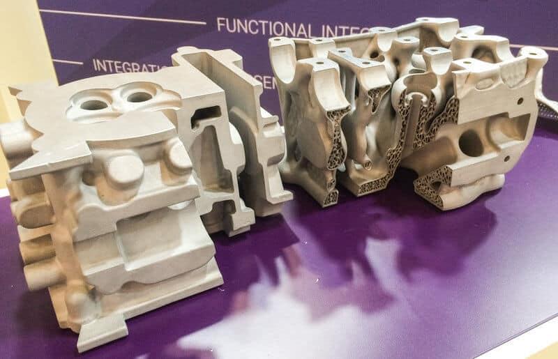 Saksalaisen FIT AG:n toteuttama sylinteripään tuotekehitysprojekti, jossa vasemmalla alumiinivalu (paino 5,1 kg ja jäähdytyspinta-ala 823 m²) ja oikealla 3D-tulostuksen mahdollistama versio (paino 1,9 kg ja jäähdytyspinta-ala 10 223 m²).