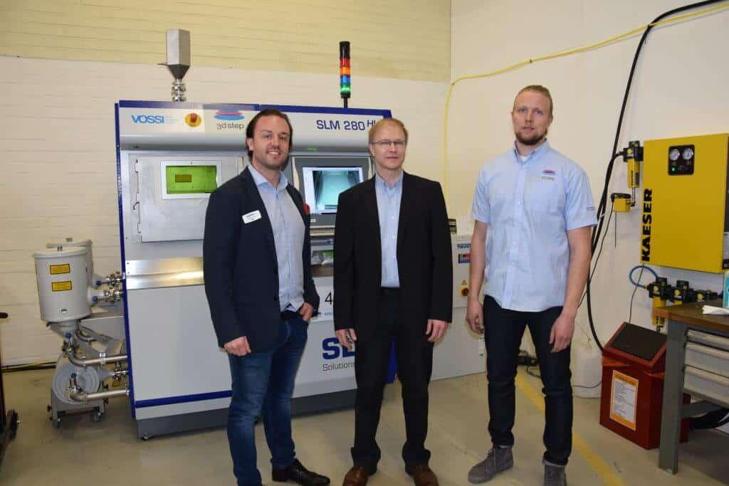 3DStep Oy, Vossi Group Oy, Enmac Oy ja Avant Tecno Oy järjestivät 3D-vallankumouspäivän huhtikuun lopussa, johon osallistui reilut 150 metalliosaajaa. Kuvassa Marko Vossi (vasemmalla), 3DSTEP Oy:n toimitusjohtaja Pekka Ketola sekä 3D-tulostimen toinen käyttäjä Tuomo Liukku.