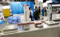 Tshekkiläisen Fermatin järeämmän kokoluokan avarruskonekonsepti robottityökalunvaihtajalla pienoismallina. Pystyliikettä on saatavissa maks. 10 m, karahalkaisija 200 mm sekä pöytä 4x4m ja 100 ton asti.