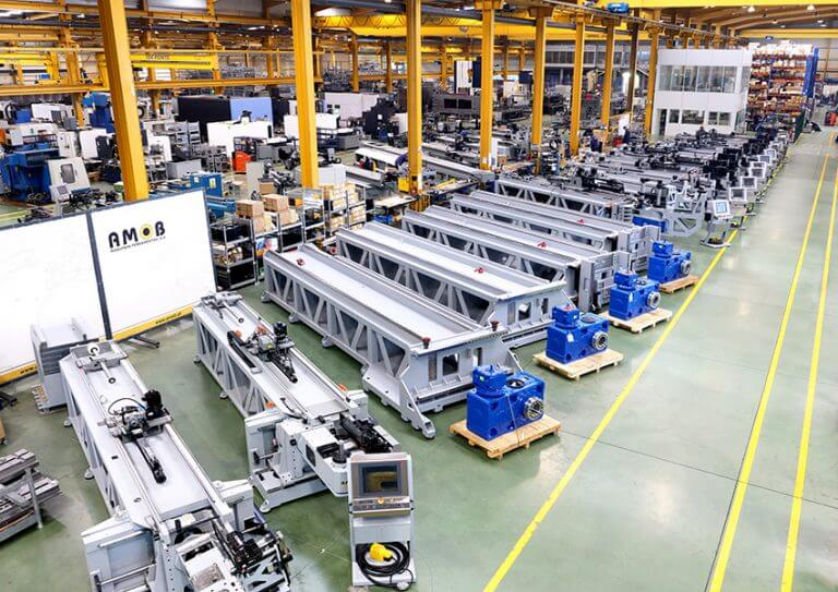 AMOBilla on n. 140 työntekijää sekä 20 000 m² tuotantotilat Portossa. Sillä on erittäin mittavat raaka-ainevarastot sekä paljon puolivalmiita koneiden runkoja varastossa, mitkä mahdollistavat poikkeuksellisen nopeat toimitusajat ja kilpailukykyiset hinnat.