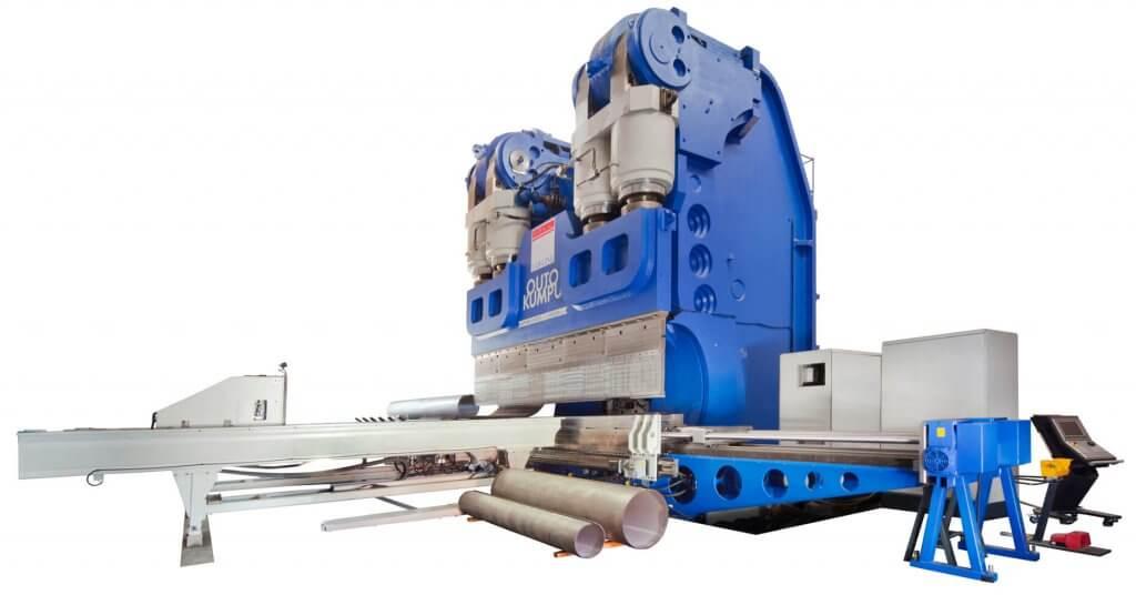 Kuvassa Outokummulle Yhdysvaltoihin toimitettu APHS 6800 mm x 6000 ton automaattisyöttöpöydällä.