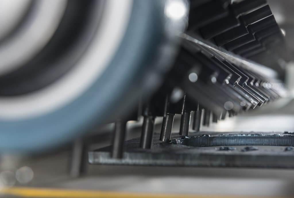 Levynhiomakonevalmistaja hollantilainen Timesavers esittelee osastollaan 1/1803 uuden hammerhead-menetelmän raskaamman leikkuuslagin poistamiseen plasma ja polttoleikkauksen jälkeen. Lisäksi esittelyssä mm. automaattista R=2 mm reunanpyöristystä.