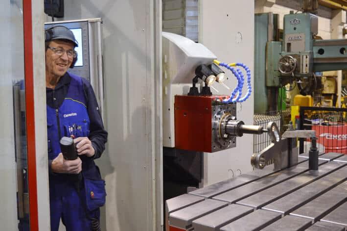 Sujuvia töitä uudella koneella. Kari Lainesalo koneistaa.