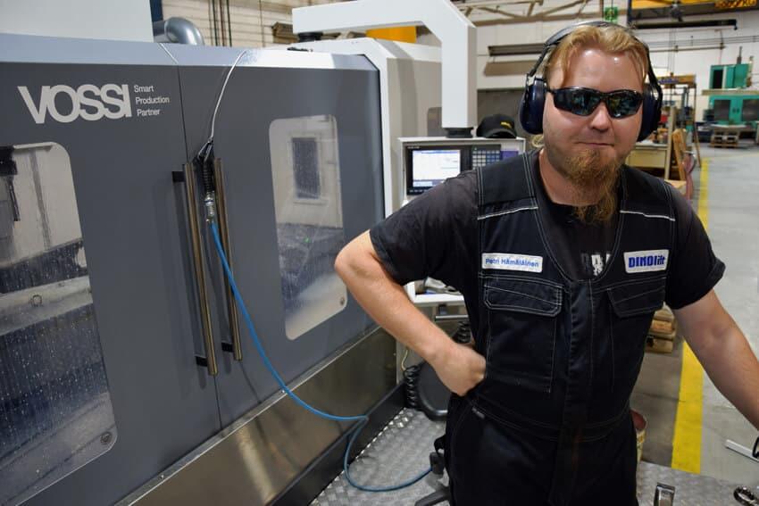 Uusi koneistuskeskus tuo nopeutta Dinoliftin tuotantoon. Petri Hämäläinen koneistaa.
