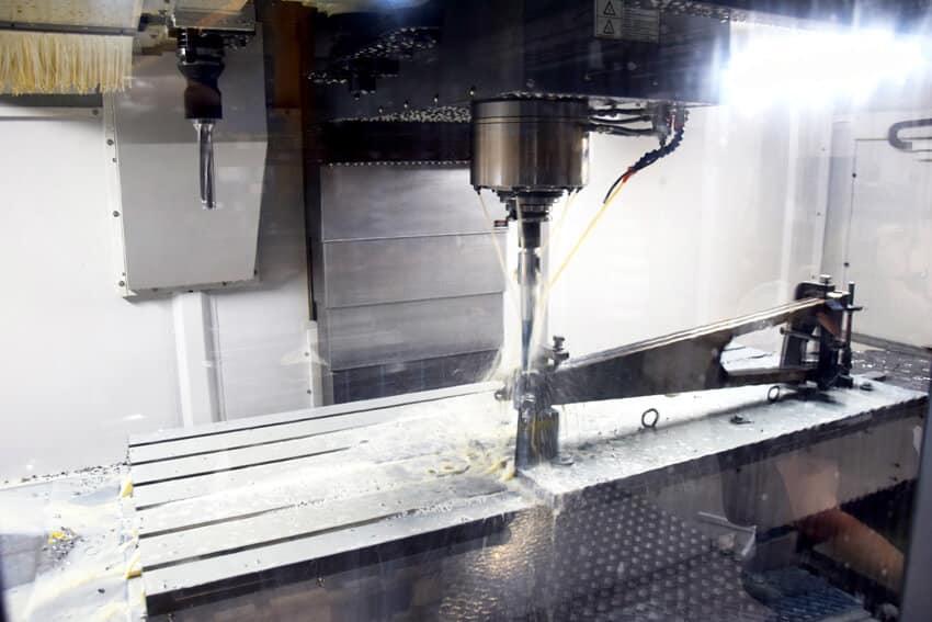 Karan kierrokset koneella ovat max. 8000 1/min. Nostimen A-tukivarsi valmistumassa.
