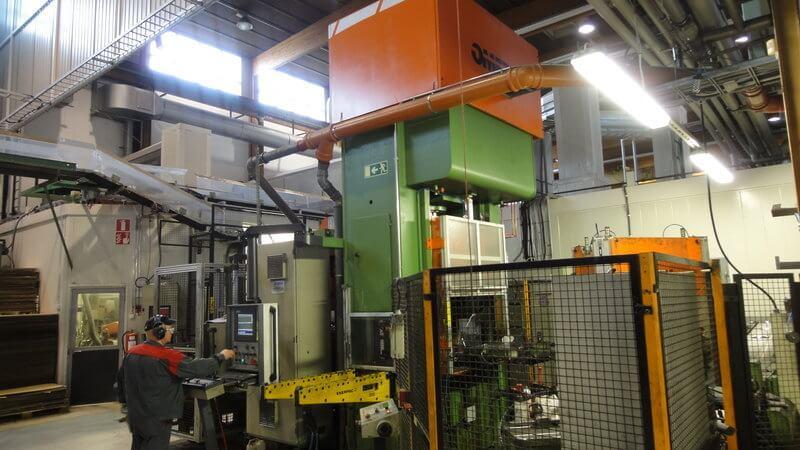 Kolmannen automaattisen valmistuslinjan muodostaa Omera hydraulisen puristimen sekä rajauskoneen yhdistelmä. Linjalla valmistetaan kattiloiden ja paistinpannujen kansia sekä pohjaosia.