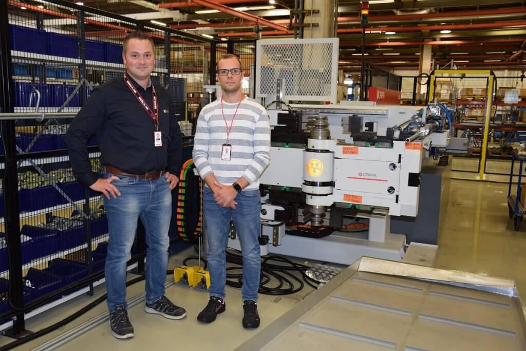 Tehtaanjohtaja Esa Korolainen (vasemmalla) ja tuotannonkehityspäällikkö Riku Lindqvist uuden Crippa 1042E:n edessä. – Jo nyt näemme, että Vossin meille toimittama uusi CNC- putkentaivutuskone poistaa tuotannostamme yhden pullonkaulan ja saamme tärkeään työvaiheeseen runsaasti lisää kapasiteettia. Koneen monipuolisuus on tervetullut parannus tuotantomme sujuvoittamiseen, Korolainen kehuu uutta konetta.