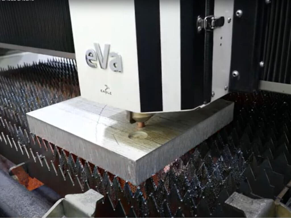 50 mm alumiinin Eagle 20kW 6G kuitulaserleikkausta