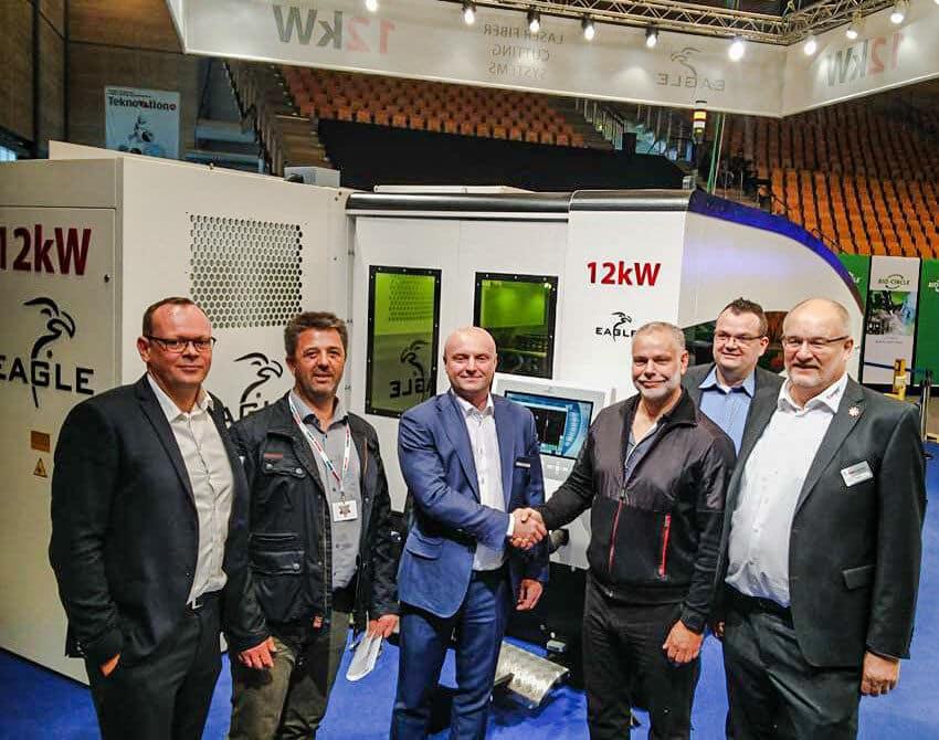 Eagle on ollut huikea myyntimenestys Tanskassa, jossa myytiin viime vuonna peräti seitsemän järjestelmää. Kuvassa vuoden 2017 ensimmäisen kaupan kättely helmikuussa VTM 2017 -messuilla J.B Damgaard A/S asiakkaan kanssa Eagle iNspire1530 12kw kuitulasersolun toimittamisesta kaksitornisella levyvarastoautomaatilla.