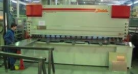 Baykal APHS 4110x240 CNC-särmäyskoneella ja Baykal HNC 4100x13 CNC-levyleikkurilla pystytään valmistamaan neljä metriä pitkät kotelorakenteet täysimittaisina. Lisäksi Baykal särmäyskoneen riittävän suuri kitasyvyys poisti valmistusprosessista kotelorakenteen poikittaissauman.