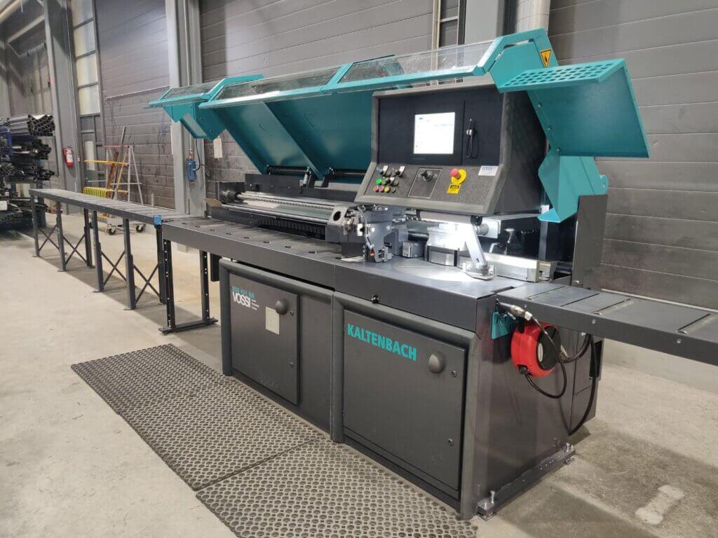 Kaltenbach KKS 451 NA automaattipyörösaha hankittiin luotettavasti 26 vuotta palvelleen aiemmin puoliautomaattisen Kaltenbachin tilalle korvausinvestointina. Uuden Kaltenbachin tehokkuus ja tarkkuus on jo heti alkumetreillä tuotannossa huomattu.