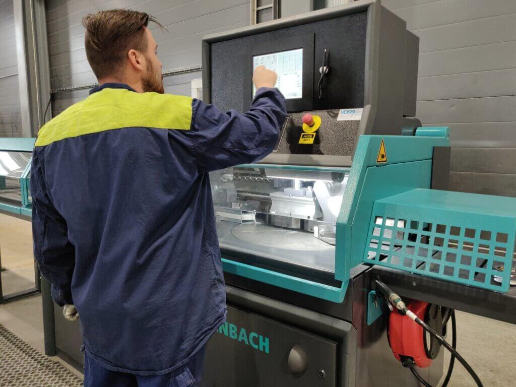 Operaattori Tero Mäntyvaara ohjelmoimassa Kaltenbachia. Sahan automaattisen toiminnan ansiosta operaattorin työajasta vapautui 50% muihin toimiin.