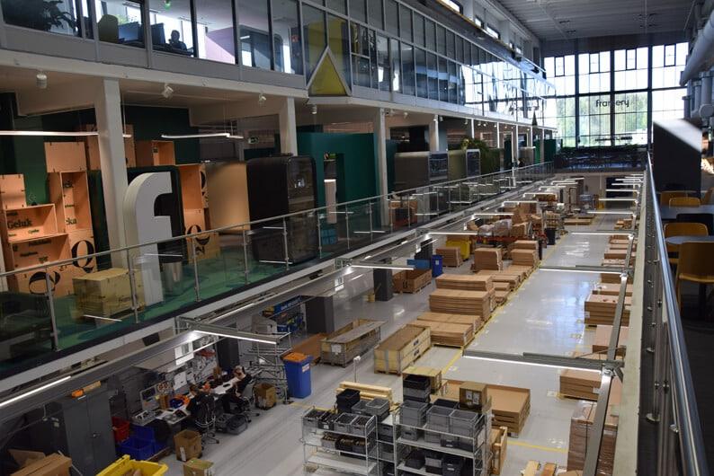 Framery toimii Aamulehden aiemmissa tiloissa Tampereen Sarankulmassa. Näyttelytilasta ovat näkymät kokoonpanoon.