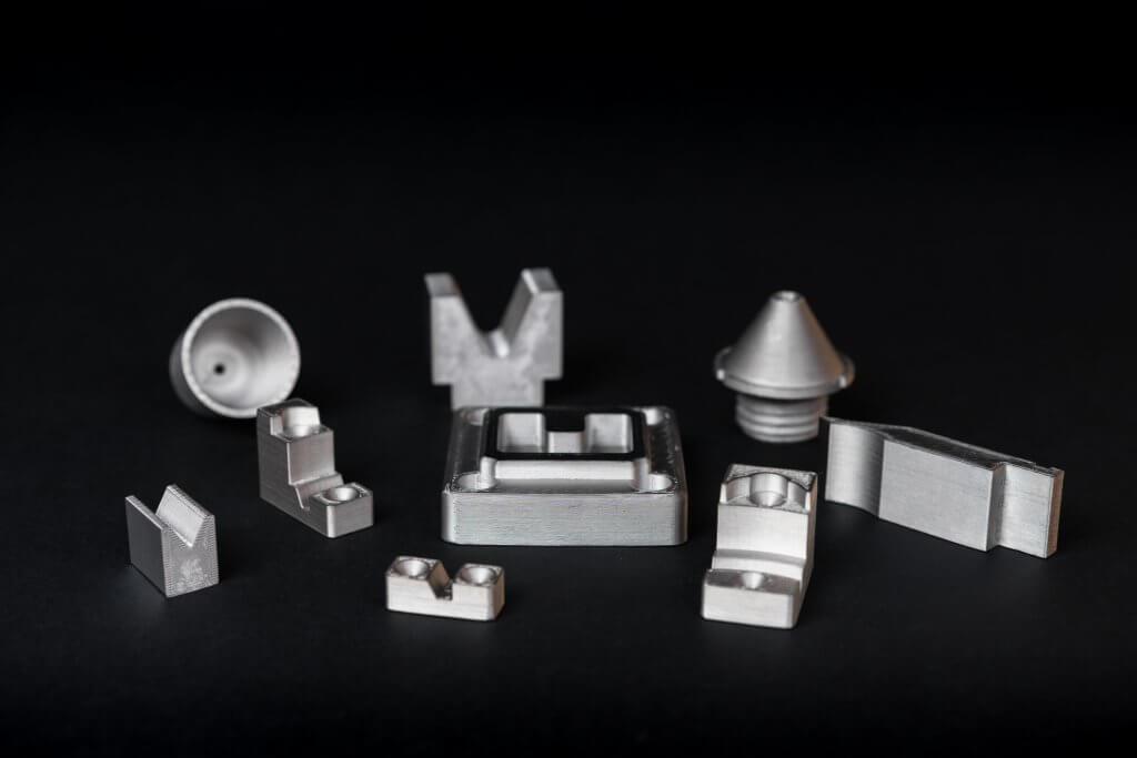 H13 työkaluteräksestä tulostettuja osia. Materiaalista tulostetut osat soveltuvat erinomaisesti mm. työkalujen ja muottien valmistukseen.