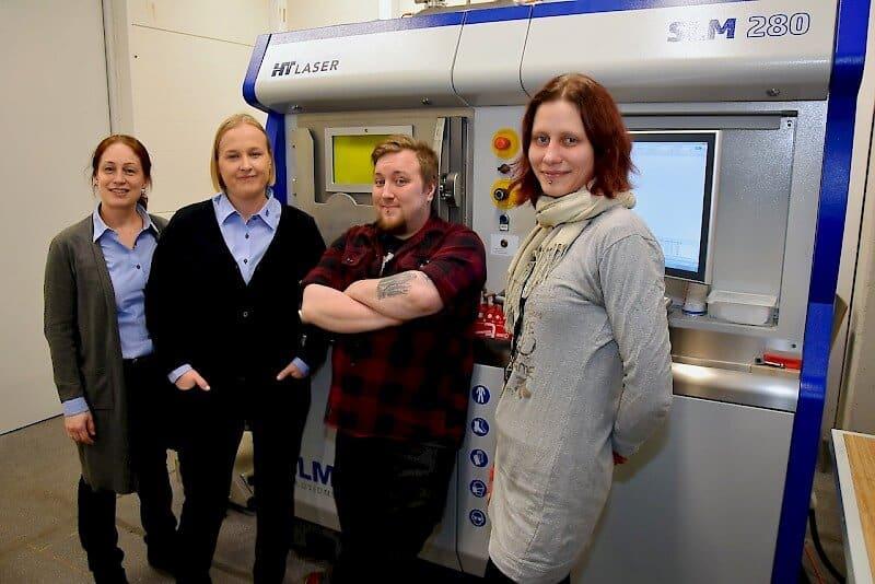 Projektiryhmä kehittää 3D-metallitulostuspalveluita HT Laserilla. Vasemmalta Nea Kontoniemi, Sanna Teiskonen, Jari Naukkarinen ja Riikka Maija Helin.