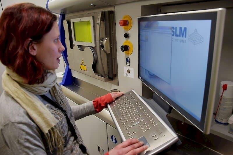 Ohjaus tarjoaa monipuolisen kanavan asetuksiin, simulaatioon ja visualisointiin. Ohjauksella Riikka Maija Helin.