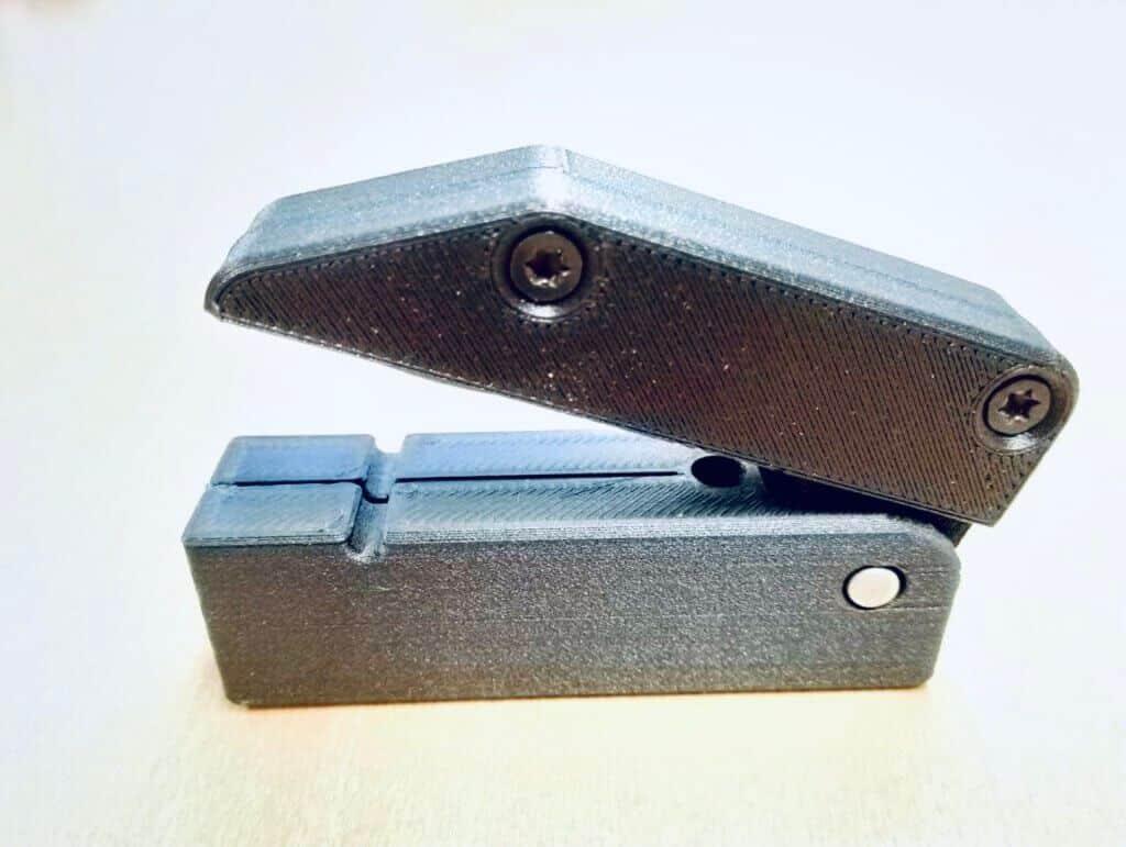 Kuvassa 3D-komposiittitulostettu asiakasproto vahvistettuna pitkällä hiilikuidulla vuodenvaihteessa käyttöönotetulla Markforgedin 3D-komposiittitulostimella, jolla yritys valmistaa myös mm. tarttujaleukoja ja jigejä omaan tuotantoonsa.