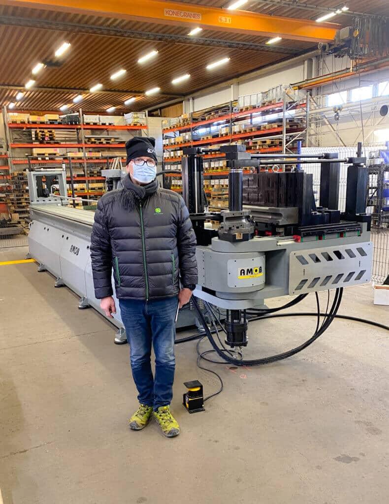 Ensimmäinen Vossin toimittama AMOB CE 90 CNC-putkentaivutuskone KKR Steel Oy:lle Joensuuhun. Kuvassa toimitusjohtaja Juha Riikonen.