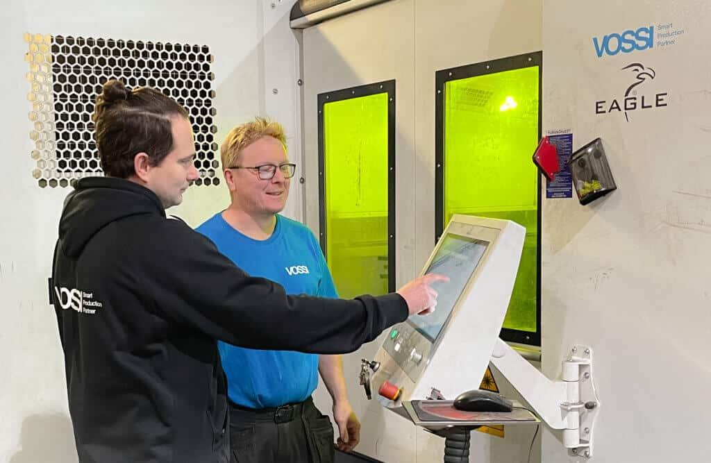 Kokenut laser-, plasma- ja polttoleikkauskoneiden huoltoinsinööri Harri Iiponen liittyi Vossi Servicen kenttähuoltoteknikkojen tiimiin. Kuvassa Harria kouluttaa Eaglen valmistamien maailman nopeimpien tasokuitulaserien maailmaan laserhuoltoinsinööri Jarkko Pietilä.