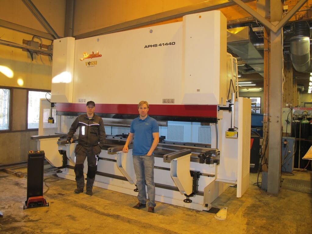– Halusimme tuotantoon 440 tonnin koneen, jolla pystymme tarjoamaan taivutuskapasiteettia myös järeämmälle materiaalille, kertovat yrittäjät Leo ja Lasse Turppa.