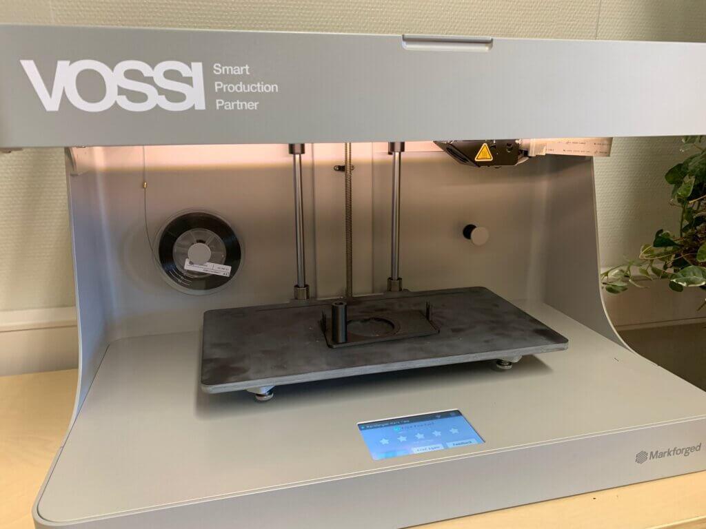 Markforged Mark Two 3D-komposiittitulostimella tulostetaan Onyx-materiaalia, jossa on muovin seassa pilkottua hiilikuitua, jota voidaan vahvistaa pitkäkuituisella hiilikuidulla, kevlarilla tai lasikuidulla.