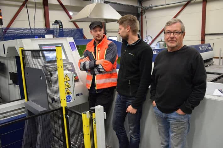 Uuden koneen myötä Metalli Järvelän putkenleikkaaminen siirtyi uuteen aikaan. Vasemmalta tuotantopäällikkö Visa Järvelä, Iiso Järvelä sekä Rauno Järvelä.