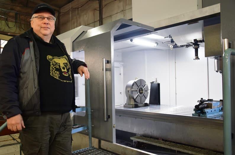 Mikko Järvensivun mukaan kone on pätevä lisä ensi vuonna kuudenkymmenen vuoden ikään ehtivän Järvensivun Konepajan kapasiteettiin. Moottorivalinta ja vahvistetut johderatkaisut lisäävät suorituskykyä edelleen.