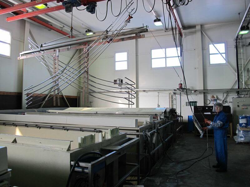 Tuotannon eri vaiheissa käytettävän öljyttömän Irmcon ansiosta sähkökemialliseen puhdistukseen perustuviin altaisiin ei keräänny prosessia haittaavia aineita.