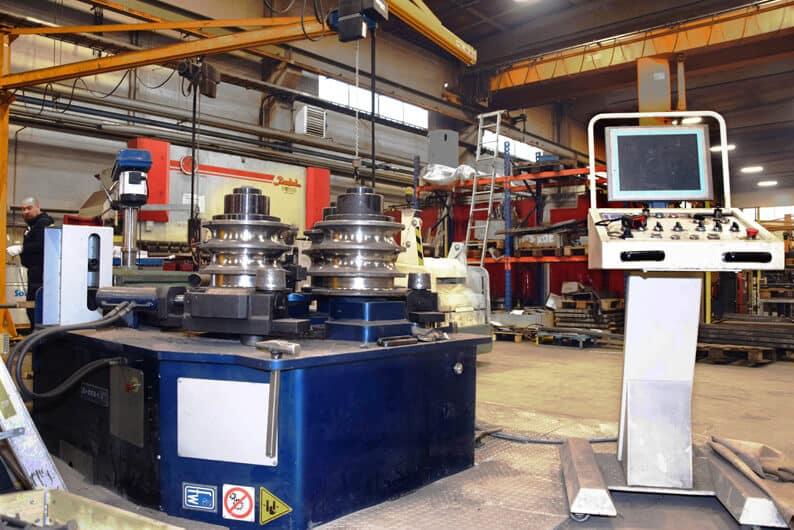 Faccin RCMI 130 lisää Kalajoen Teräksen taivutuskapasiteettia. Kone on sijoitettu käyttöergonomiaa lisäten lattiatason alapuolelle. Taustalla yrityksen vuonna 2010 käyttöönotettu Baykal APHS 4112x300 CNC-särmäyspuristin.