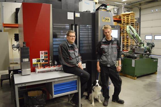 Timo Korhonen ja Niko Korhonen luotsaavat Kangasalan Kopalia. Nikon Capo-koirakin viihtyy hallilla hyvin. Uusi OKK-koneistuskeskus tuo lisää iskua yrityksen töihin.