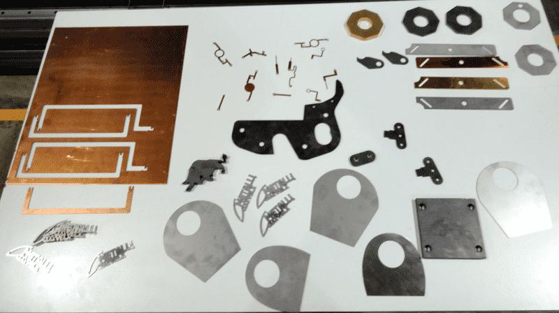 Kuitulaserilla ohuista materiaaleista leikattuja työkappaleita mm. sähköteollisuuden kupari- ja messinkiosia.