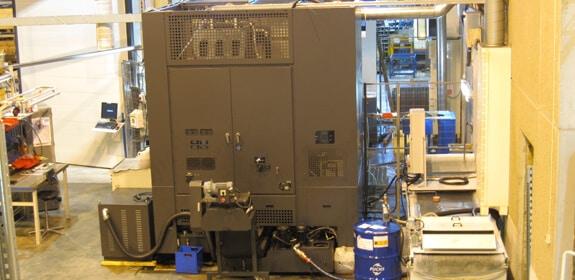 Komas Botnia Oy:n kahden pystysorvin muodostaman solun leikkuunesteet puhdistava, 2 000 litran säiliöllä olevan, SEI leikkuu-nesteenpuhdistusjärjestelmä.