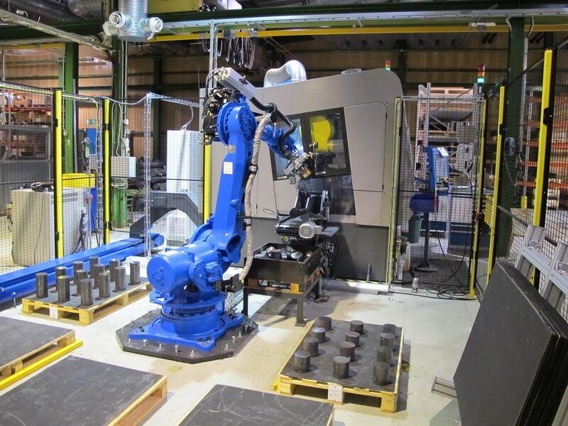 ExactCut MAC 205 pyörösahalinja integroituna robottiin korvasi kaksi aiemmin tuotannossa ollutta vannesahaa. Uusi sahalinja sahaa pyöröterästä kaksi miehitettyä vuoroa ja osin kolmatta vuoroa miehittämättömänä.