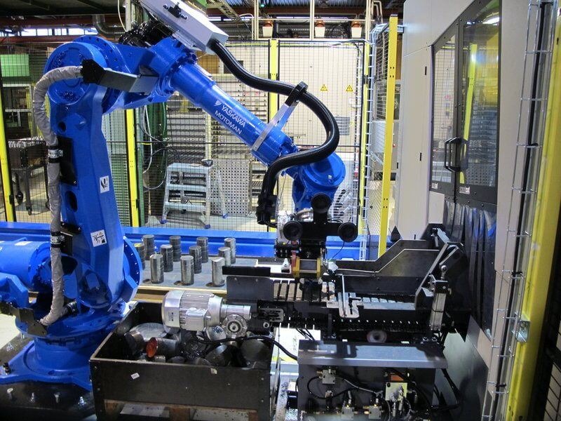 Robottilajittelija lajittelee sahatut kappaleet halutuille lavoille.