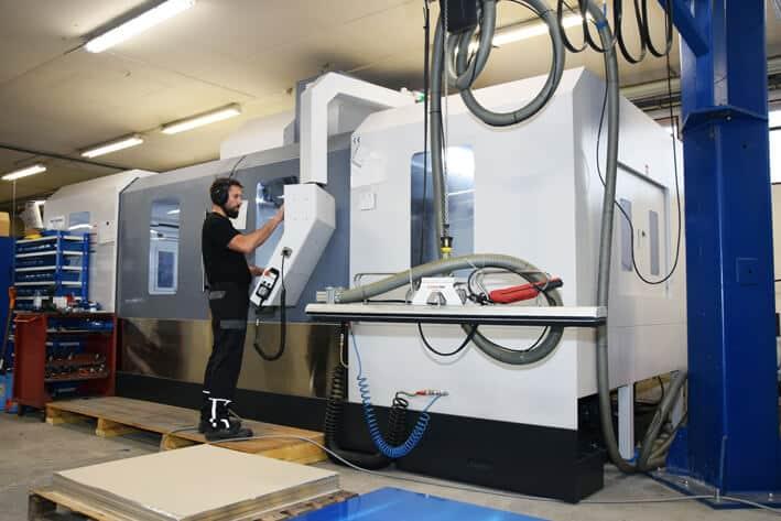 Uusi Akira Seiki on valmistajansa V-mallisarjan liikealueiltaan kookkain kone. Litzenillä matalarakenteinen kone sopi korkeudeltaan täsmällisesti tuotantotilaan.