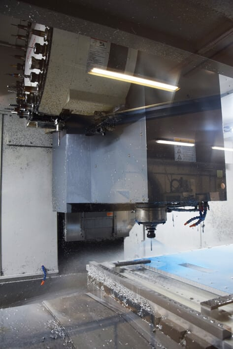 Koneistustilaa kookkaille kappaleille. X/Y/Z-akseliliikkeet koneessa ovat 2600/1030/815 mm, pöytäkoko 2750x950 mm.