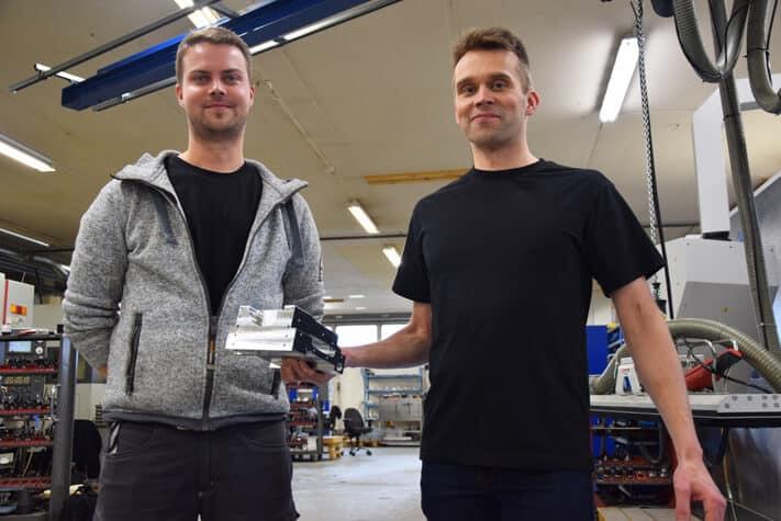 Konepaja Litzen käsittelee alumiinia, muoveja sekä terästä. Käytännön toimintoja luotsaavat toimitusjohtaja Aleksi Litzen (oikealla) ja tuotantopäällikkö Miika Pohjola.