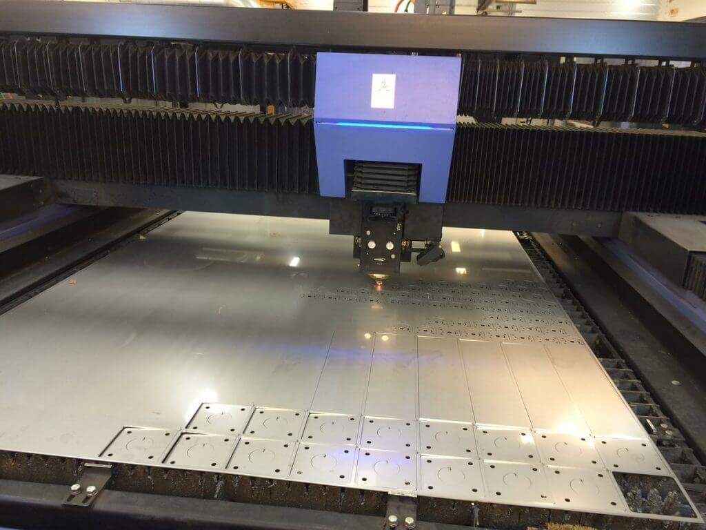 Joros ja Riitek hyödyntävät Pajavision tuotannonseurantajärjestelmää yhteensä 18 työstökoneessaan. Järjestelmällä seurataan ylemmän kuvan HK Laser & Systems FS3015 4kW levylaserin sädeaikaa sekä viereisen kuvan Crippa putketaivutuskoneiden taivutusaikaa.