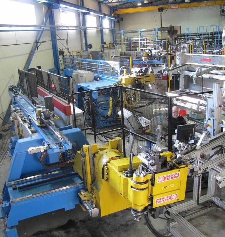 Joros Oy:llä on käytössään viisi Crippa CNC-putkentaivutusautomaattia ja päänmuovauskonetta, joista viimeisin on kuvan rivistön ensimmäiseen soluun sijoitettu täysservotoiminen 13-akselinen CA 1342 E. Crippa-osasto käsittelee tätä nykyä puolessatoista vuorossa 400 kilometriä putkea vuodessa. Eri taivutusohjelmia on yli 7 000 kpl.