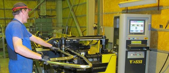 Macri Provar 6-65UD CNC-putkentaivutuskone on ensimmäinen lävistysominaisuudella oleva kone Suomessa. Kuvassa konetta käyttää Reijo Mäkitalo. Samassa yhteydessä käyttöönotettu öljytön Irmco tuurnanvoiteluaine puhdisti tuotepakkaukset, kun aikaisemmin käytetty öljy valui tuotteista niihin.