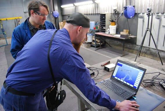Metronor Solo 3D-kameramittausjärjestelmä tehostaa mittausta Componentan Suomivalimolla Iisalmessa. Mallia tarkastelevat Mikko Koljonen ja Sami Tissari.