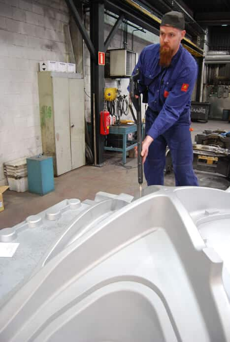 Mittaukset tapahtuvat hiilikuituisen mittauskynän avulla. Sami Tissari tekee vastaanottotarkastusta kookkaalle ristituen mallille.
