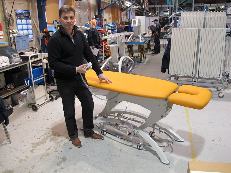 – Hieman vuodesta riippuen valmistamme erilaisia hoitokalusteita täällä Sastamalan tehtaalla noin 4000 - 5000 kappaletta. Muun muassa tämän maailmalle lähdössä olevan tuotteen alaosassa oleva kromiputki on taivutettu Crippalla, kertoo tuotannonohjaaja Timo Helenius.