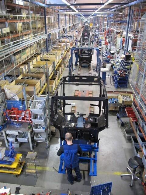 Lähes 150 metriä pitkällä jono-ohjatulla tuotantolinjalla valmistuu vuodessa noin 10 000 traktorin turvaohjaamoa.