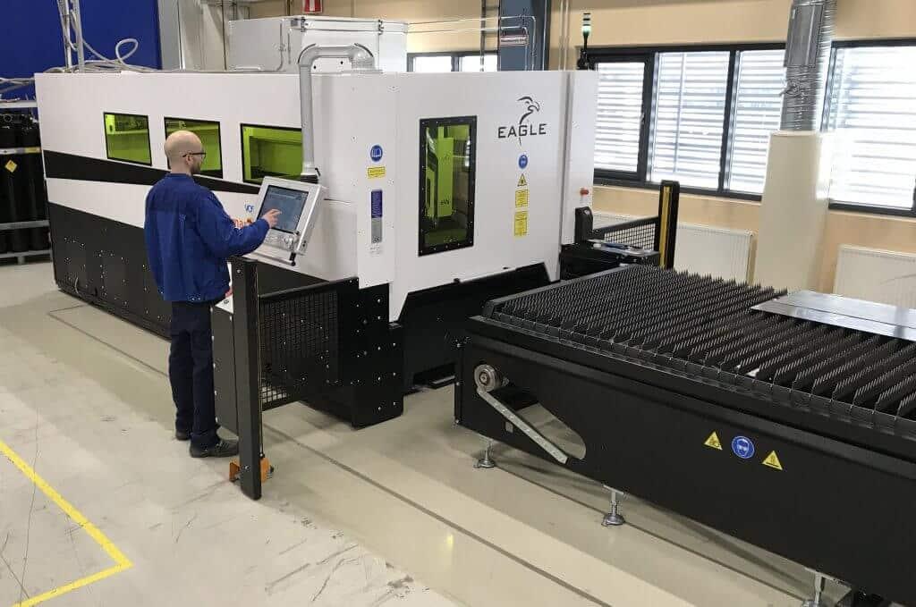 Operaattori Panu Ovaskainen antaa ohjeita Meconetin uudelle Eaglelle, jonka ansiosta yritys on pystynyt ottamaan aiemmin alihankinnassa tehtyjä töitä omaan tuotantoonsa.