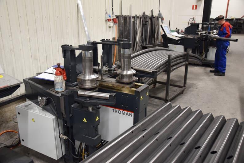 Uutta teknologiaa rullataivutuksen alueelle, Thoman RB3 CNC-S. Taustalla taivutustöissä saman valmistajan RB4.