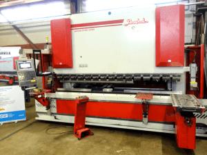 Levyjen taivutustyöt tehdään kätevästi Baykal APHS 3112x240 CNC-särmäyspuristimella, jossa CNC-ohjattu etukannatintuki helpottamaan työskentelyä.