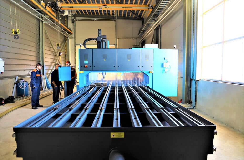CMA-tasoportaalikone on ilmiömäinen isoille levylle, johon tarvitsee tehdä useita reikiä. Tällä hetkellä meillä on tuotteita, joiden tekemiseen CMA on välttämätön, ja kone jauhaakin tehokkaasti kahdessa vuorossa, valaisee myynti- ja tuotantojohtaja Olli Mattila.